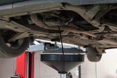 Στράγγιγμα του πετρελαίου ενός αυτοκινήτου σε μια δεξαμενή αγωγών πετρελαίου Στοκ φωτογραφία με δικαίωμα ελεύθερης χρήσης