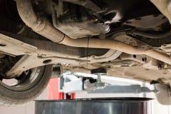 Στράγγιγμα του πετρελαίου ενός αυτοκινήτου σε μια δεξαμενή αγωγών πετρελαίου Στοκ Εικόνες