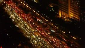 Στράτευμα μαρμελάδας αυτοκινήτων πολυάσχολο overpass, ρύπανση κυκλοφορίας νύχτας στην πόλη απόθεμα βίντεο