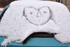 Στρέθιμο της προσοχής ενός αστείου προσώπου σε ένα αυτοκίνητο στοκ εικόνα με δικαίωμα ελεύθερης χρήσης