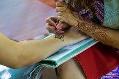 Στρέθιμο της προσοχής ενός σχεδίου σε ετοιμότητα henna Στοκ φωτογραφίες με δικαίωμα ελεύθερης χρήσης