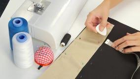 Στρέθιμο της προσοχής με την κιμωλία στο ύφασμα κλείστε επάνω φιλμ μικρού μήκους
