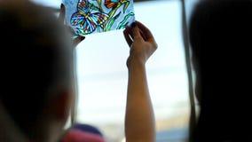 Στρέθιμο της προσοχής με το σμάλτο στο γυαλί απόθεμα βίντεο