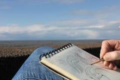 Στρέθιμο της προσοχής σε ένα σημειωματάριο στην προκυμαία Στοκ Εικόνα