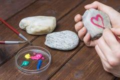 Στρέθιμο της προσοχής του κόκκινου πλαισίου καρδιών στην πέτρα Στοκ φωτογραφία με δικαίωμα ελεύθερης χρήσης