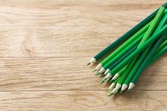Στρέθιμο της προσοχής των πράσινων μολυβιών σε ένα ξύλινο υπόβαθρο Στοκ εικόνα με δικαίωμα ελεύθερης χρήσης