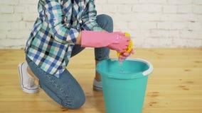 Στρίψιμο ενός καθαρίζοντας κουρελιού φιλμ μικρού μήκους