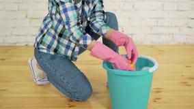 Στρίψιμο ενός καθαρίζοντας κουρελιού απόθεμα βίντεο