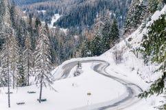 Στρίψιμο του δρόμου βουνών το χειμώνα στοκ εικόνες