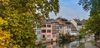 Στρασβούργο, κανάλι νερού και συμπαθητικό σπίτι στη λεπτοκαμωμένη περιοχή της Γαλλίας Στοκ Εικόνες