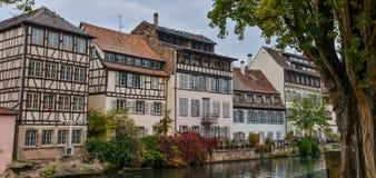 Στρασβούργο, κανάλι νερού και συμπαθητικό σπίτι στη λεπτοκαμωμένη περιοχή της Γαλλίας Στοκ φωτογραφία με δικαίωμα ελεύθερης χρήσης