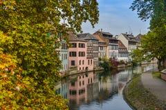 Στρασβούργο, κανάλι νερού και συμπαθητικό σπίτι στη λεπτοκαμωμένη περιοχή της Γαλλίας Στοκ εικόνα με δικαίωμα ελεύθερης χρήσης