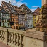 Στρασβούργο, κανάλι νερού και συμπαθητικό σπίτι στη λεπτοκαμωμένη περιοχή της Γαλλίας Στοκ φωτογραφίες με δικαίωμα ελεύθερης χρήσης