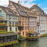 Στρασβούργο, κανάλι νερού και συμπαθητικό σπίτι στη λεπτοκαμωμένη περιοχή της Γαλλίας Στοκ εικόνες με δικαίωμα ελεύθερης χρήσης