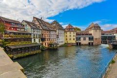 Στρασβούργο, κανάλι νερού και συμπαθητικό σπίτι στη λεπτοκαμωμένη περιοχή της Γαλλίας Στοκ Φωτογραφία