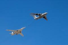 Στρατηγικά αεροσκάφη βομβαρδιστικών αεροπλάνων και βυτιοφόρων κατά την πτήση Στοκ φωτογραφία με δικαίωμα ελεύθερης χρήσης