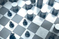 Στρατηγικές θέσεις και μετακινήσεις σε μια μπλε σκακιέρα στοκ εικόνα