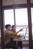Στρατηγική ενημερώσεων επιχειρηματιών στη γυναίκα συνάδελφος στην αρχή στοκ φωτογραφίες με δικαίωμα ελεύθερης χρήσης