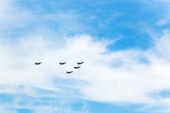 Στρατιωτικά αεροπλάνα μαχητών πτήσης στα άσπρα σύννεφα Στοκ φωτογραφία με δικαίωμα ελεύθερης χρήσης