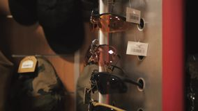Στρατιωτικά γυαλιά ηλίου σε ένα κατάστημα απόθεμα βίντεο