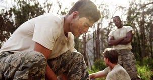 Στρατιωτικά δένοντας κορδόνια στρατιωτών στο στρατόπεδο μποτών 4k απόθεμα βίντεο