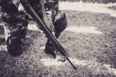 Στρατιωτικά καθίσματα παρατηρητών στη χλόη Στοκ φωτογραφίες με δικαίωμα ελεύθερης χρήσης