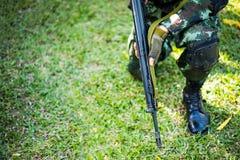 Στρατιωτικά καθίσματα παρατηρητών στη χλόη Στοκ Φωτογραφίες