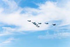 Στρατιωτικά μαχητικά αεροσκάφη πτήσης στα άσπρα σύννεφα Στοκ Εικόνες