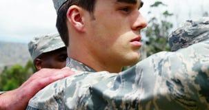 Στρατιωτικά στρατεύματα που παίρνουν τον όρκο στο στρατόπεδο μποτών 4k απόθεμα βίντεο