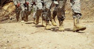 Στρατιωτικά στρατεύματα που περπατούν στο στρατόπεδο μποτών 4k απόθεμα βίντεο