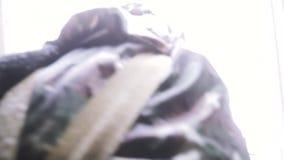 Στρατιωτικές ασκήσεις στη μάσκα αερίου στο δάσος το χειμώνα συνδετήρας Συμπεριφορά των στρατιωτικών διαδικασιών για λόγους κατάρτ απόθεμα βίντεο