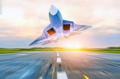 Στρατιωτικές μύγες πολεμικό τζετ με υψηλή ταχύτητα πέρα από τον τροχόδρομο στον αερολιμένα Στοκ φωτογραφίες με δικαίωμα ελεύθερης χρήσης