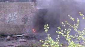 Στρατιωτική έκρηξη χειροβομβίδων στο υπόβαθρο του σπιτιού απόθεμα βίντεο
