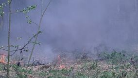 Στρατιωτική έκρηξη χειροβομβίδων στο υπόβαθρο του σπιτιού φιλμ μικρού μήκους
