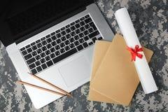 Στρατιωτική έννοια εκπαίδευσης Ανοικτά lap-top, σημειωματάρια, έγγραφο κυλίνδρων και μολύβια Στοκ φωτογραφία με δικαίωμα ελεύθερης χρήσης