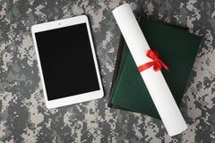 Στρατιωτική έννοια εκπαίδευσης Ταμπλέτα, βιβλία και έγγραφο κυλίνδρων για την κάλυψη Στοκ εικόνες με δικαίωμα ελεύθερης χρήσης
