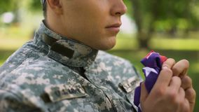 Στρατιωτική αμερικανική σημαία εκμετάλλευσης πρακτόρων, που προσεύχεται για τη χώρα, πολεμικές μνήμες, πίστη απόθεμα βίντεο