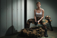 Στρατιωτική γυναίκα στο αποδυτήριο στοκ εικόνα με δικαίωμα ελεύθερης χρήσης