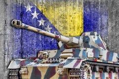 Στρατιωτική δεξαμενή με τη συγκεκριμένη σημαία Βοσνίας-Ερζεγοβίνης Στοκ Φωτογραφίες