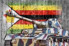 Στρατιωτική δεξαμενή με τη συγκεκριμένη σημαία της Ζιμπάμπουε Στοκ Φωτογραφία