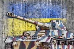 Στρατιωτική δεξαμενή με τη συγκεκριμένη σημαία της Ουκρανίας Στοκ φωτογραφία με δικαίωμα ελεύθερης χρήσης