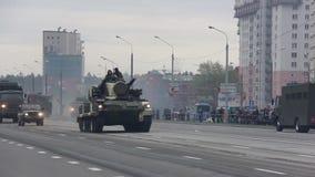 στρατιωτική εισβολή δεξαμενών της πόλης, θωρακισμένος στράτευμα-μεταφορέας, πόλεμος, καπνός, κίνδυνος απόθεμα βίντεο