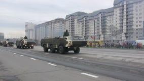 Στρατιωτική εισβολή στρατού της πόλης, θωρακισμένος στράτευμα-μεταφορέας, κίνδυνος, καπνός απόθεμα βίντεο