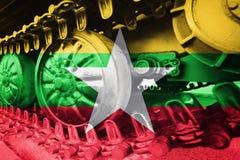 Στρατιωτική διαδρομή του Caterpillar κινηματογραφήσεων σε πρώτο πλάνο δεξαμενών με τη σημαία Backg του Μιανμάρ Στοκ εικόνες με δικαίωμα ελεύθερης χρήσης