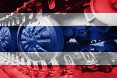 Στρατιωτική διαδρομή του Caterpillar κινηματογραφήσεων σε πρώτο πλάνο δεξαμενών με την πλάτη σημαιών της Ταϊλάνδης Στοκ φωτογραφία με δικαίωμα ελεύθερης χρήσης