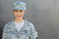 Στρατιωτική καυκάσια γυναίκα στρατού με το διάστημα αντιγράφων στοκ εικόνες