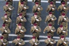 Στρατιωτική παρέλαση που γιορτάζει τη εθνική μέρα της Ρουμανίας στοκ εικόνες