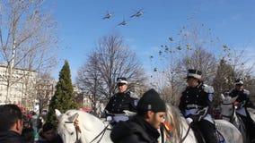 Στρατιωτική παρέλαση - άλογα και ελικόπτερα απόθεμα βίντεο
