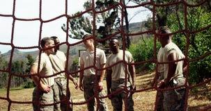 Στρατιωτικοί στρατιώτες που αλληλεπιδρούν ο ένας με τον άλλον στο στρατόπεδο μποτών 4k απόθεμα βίντεο