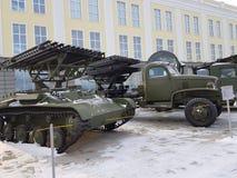 Στρατιωτικός εξοπλισμός στη χειμερινή χρονική περίοδο Εικόνα των πράσινων μηχανημάτων σε ένα άσπρο, χνουδωτό υπόβαθρο χιονιού στοκ εικόνες
